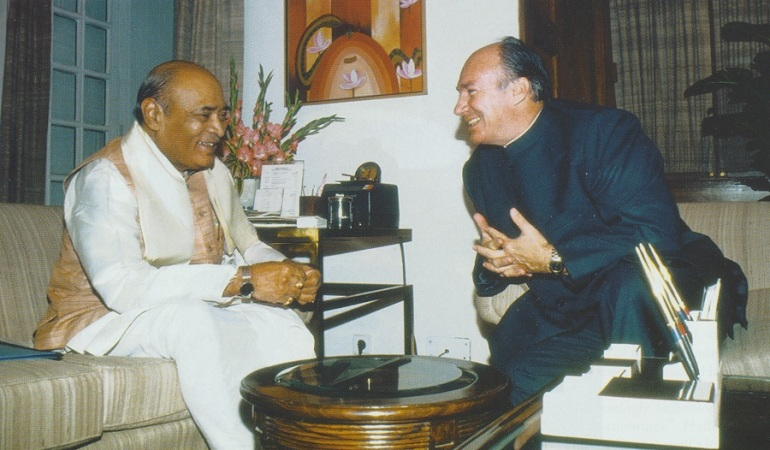 The Prime Minister of India, Shri P. V. Nasarimha Rao hosted a lunch in New Delhi for the Aga Khan during his official visit to India in November 1992. They are pictured here sharing a light moment during their private meeting. Photo: Ismaili Canada, March 1993.