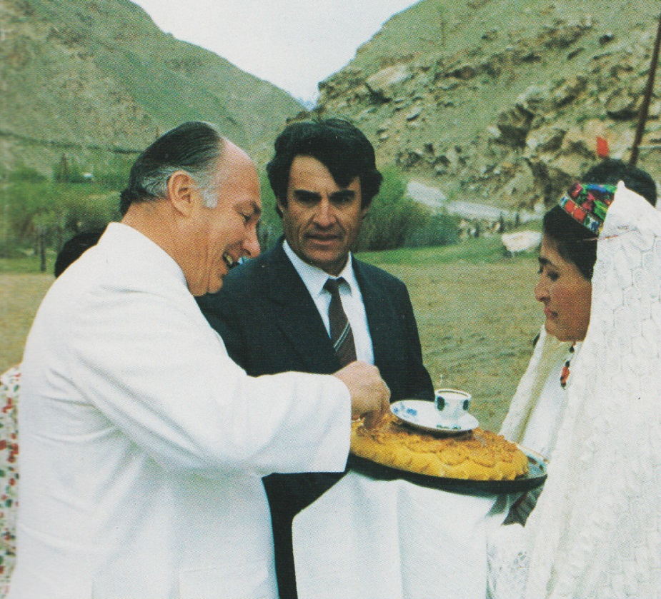 19950522-31_Aga Khan Visit to Central Asia Hospitality Taking Morsel of bread The Ismaili Special Issue