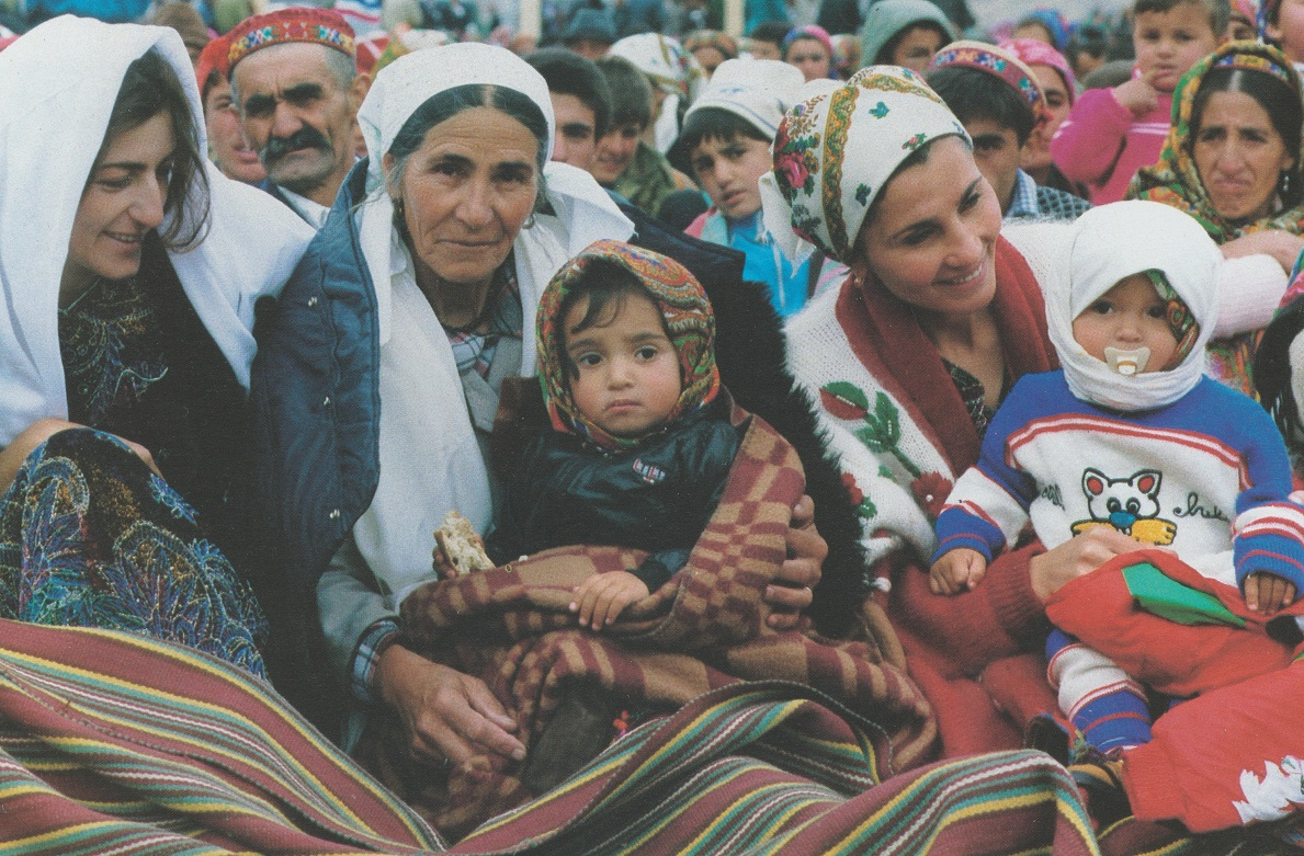 19950522-31_Aga Khan Visit to Central Asia Mothers with children await arrival The Ismaili Special Issue