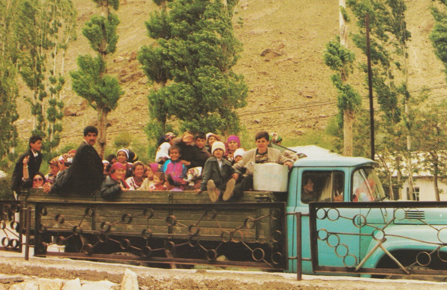 19950522-31_Aga Khan Visit to Central Asia With Murids Arriving in Lorries The Ismaili Special Issue