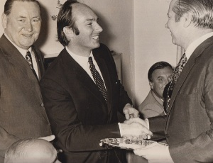 His Highness the Aga Khan being greeted by Mr. Michael Curtis of the Nation Group. Photo: Azhar Chaudhry. Sultan Jessa Collection.
