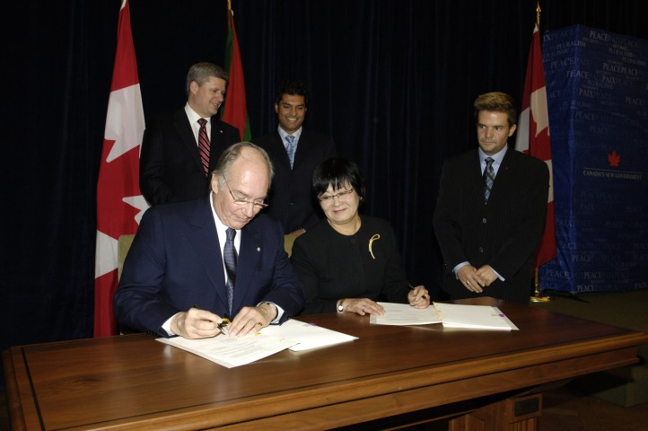 His Highness the Aga Khan signing the funding agreement for the Global Centre for Pluralism in the presence of The Honourable Beverley J. Oda, Minister of Canadian Heritage. Looking on are Prime Minister Harper and Conservative Caucus Chair, Mr Rahim Jaffer. | AKDN / Gary Otte