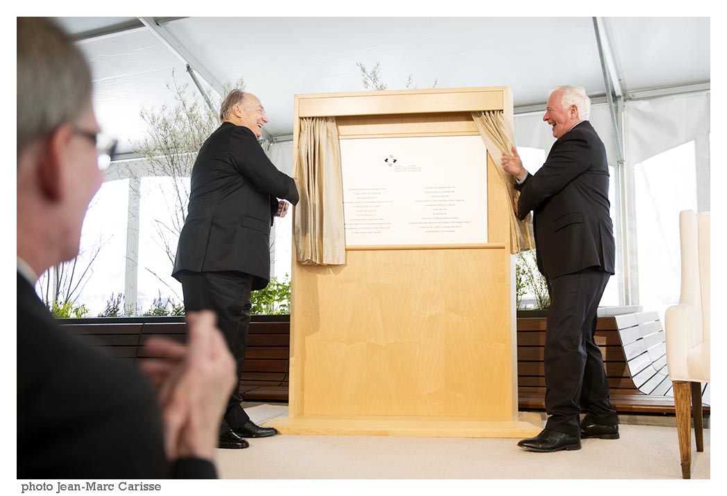 His Highness the Aga Khan and His Excellency David Johnston in a jovial mood joke as they unveil the commemorative plaque of the official opening of the International Headquarters of the Global Centre for Pluralism. Photo: Jean-Marc Carisse. Copyright.