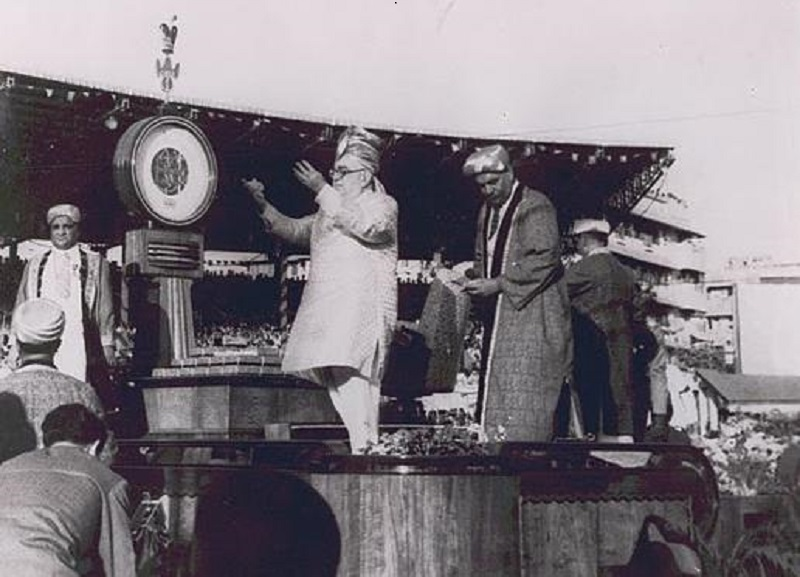 10 March 1946: His Highness the Aga Khan III shows his appreciation and blesses the crowd after the diamond weighing ceremony at Mumbai's Brabourne Stadium to mark his 60 years of Imamat. Credit for Photo: Karim Jassani Collection, Ottawa. Mr. Jassani's late father, Itmadi Ebrahim Meherally Jassani, is seen at the right of the scale.