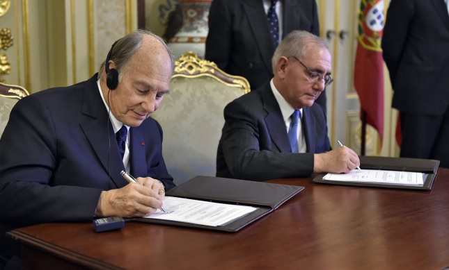 Mawlana Hazar Imam and Portugal's Minister of State and Foreign Affairs Rui Machete sign a landmark agreement on June 3, 2015, establishing a formal Seat of the Ismaili Imamat in Portugal. TheIsmaili/Gary Otte