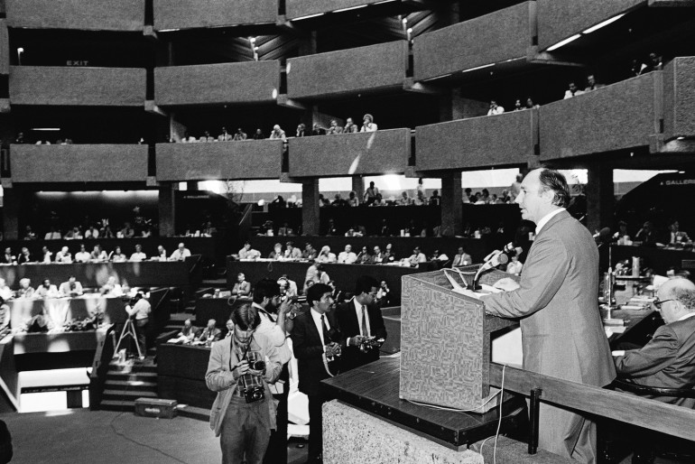 His Highness the Aga Khan delivering the keynote address to the 30th General Assembly of the International Press Institutes (IPI) in Nairobi, 02 March 1981. AKDN / Christopher Little