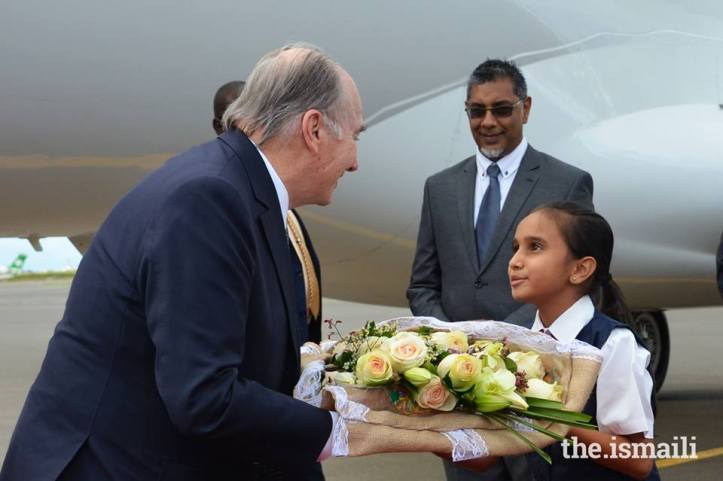 Aga Khan presented with bouquet upon Diamond Jubilee visit arrival in Nairobi