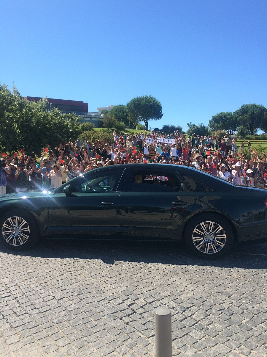 Aga Khan Hazar Imam waves to Ismailis gathered at Lisbon for his Diamond Jubilee