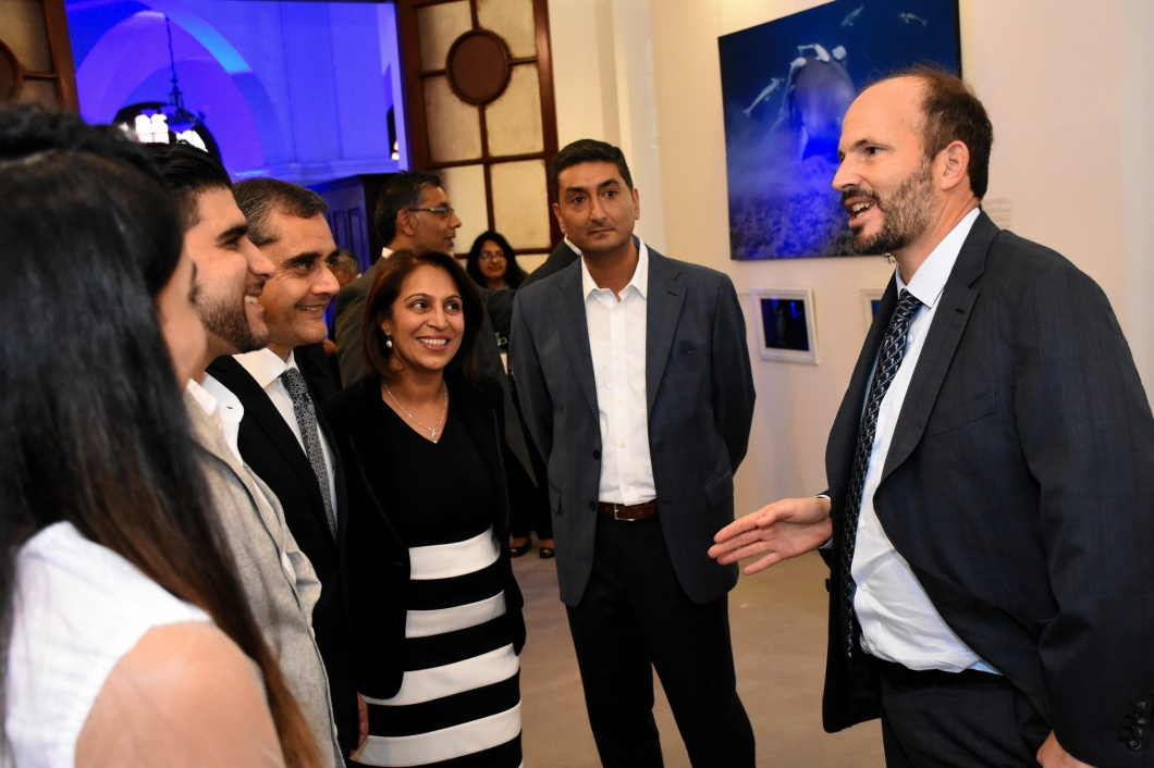 2019-02-kenya-06-dsc_3965_r_Prince Hussain Aga Khan in conversation with guests attending his exhibition