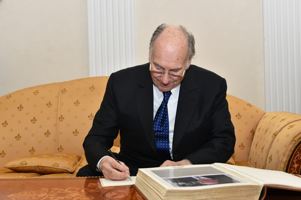 Aga Khan writes message in card for visitors book during his visit with Mintimer Shaimiev