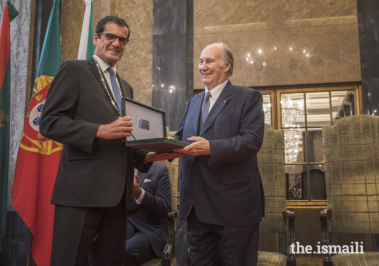 Mayor Rui Moreira presents the Keys of the City of Porto to Mawlana Hazar Imam, His Highness the Aga Khan. Simerg and Barakah