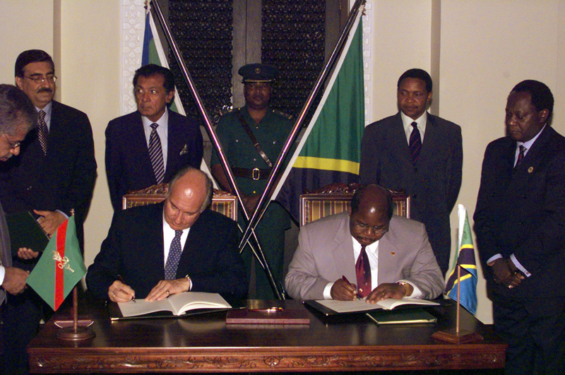 His Highness the Aga Khan (left) signing an Agreement of Co-operation for Development with Tanzanian President Benjamin Mkapa