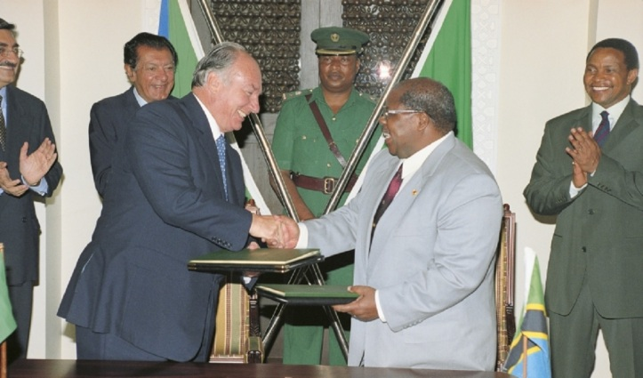 His Highness the Aga Khan (left) shaking hands with Tanzanian President Benjamin Mkapa